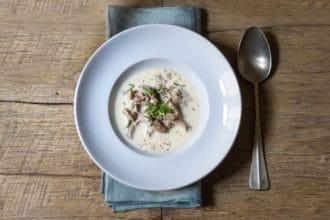 zuppa con panna e prugnoli