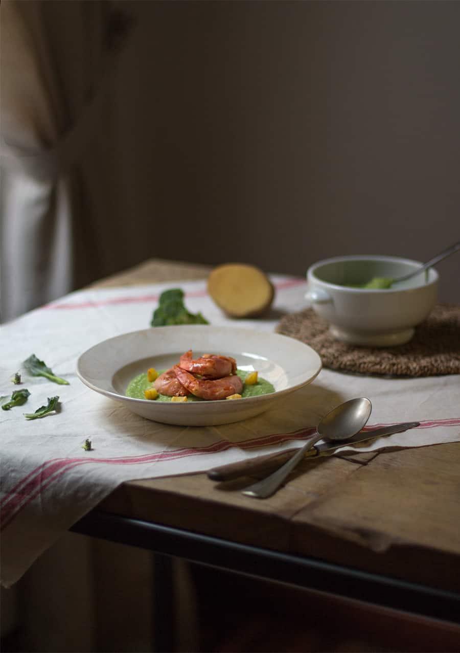 zuppa di broccoli e patate con gamberi e prosciutto