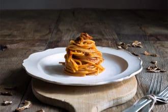 piatto di spaghetti con funghi porcini secchi
