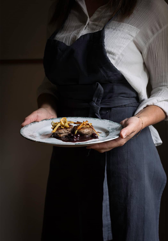 Filetto di maialino con uva e bastoncini di patate croccanti