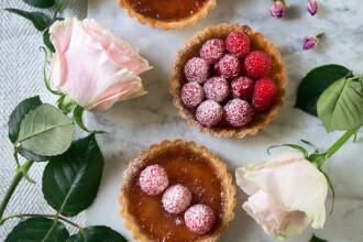 crostata con lamponi e petali di rosa